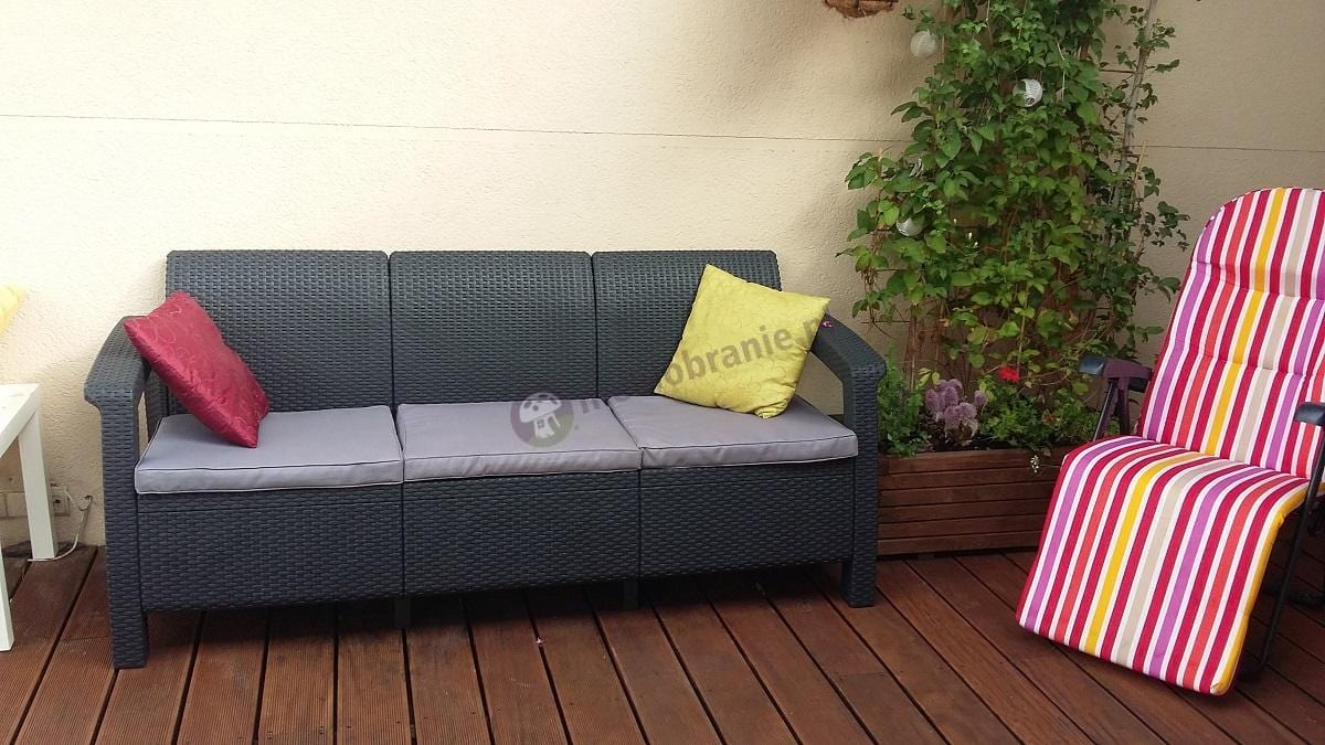 Allibert Corfu sofa grafitowa używana na eleganckim tarasie