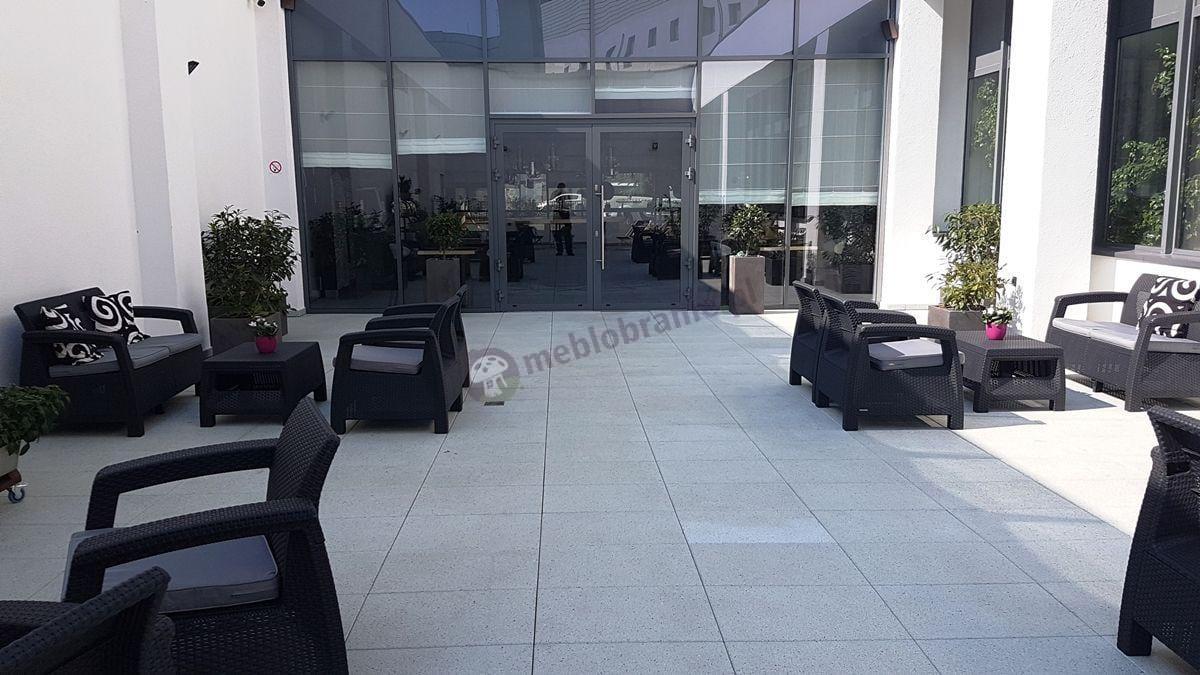 Allibert meble ogrodowe Corfu w hotelowym patio