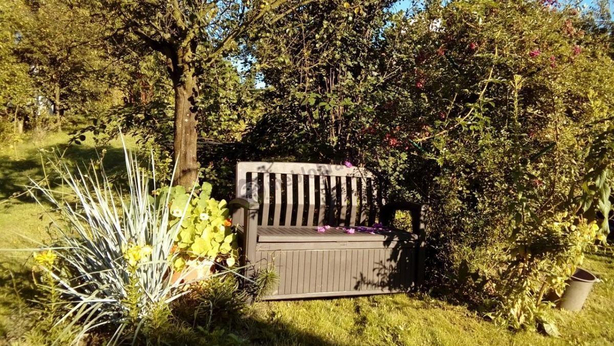 Bajkowa aranżacja ławki ogrodowej z pojemnikiem Keter Patio Bench