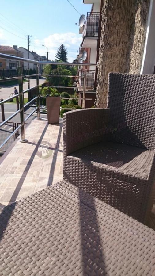 Balkonowy zestaw ogrodowy z wysokimi fotelami i stolikiem kawowym