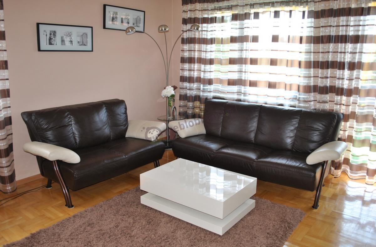 Beżowa ława na kawę w połączeniu ze skórzanymi sofami