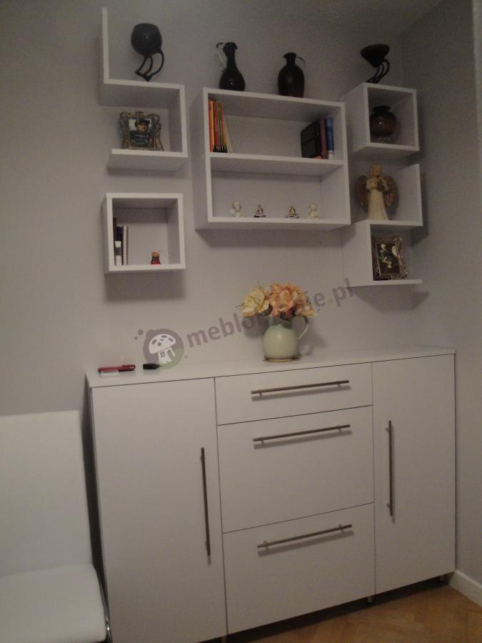 Biała nowoczesna komoda Modena razem z półkami Masbate w tym samym kolorze