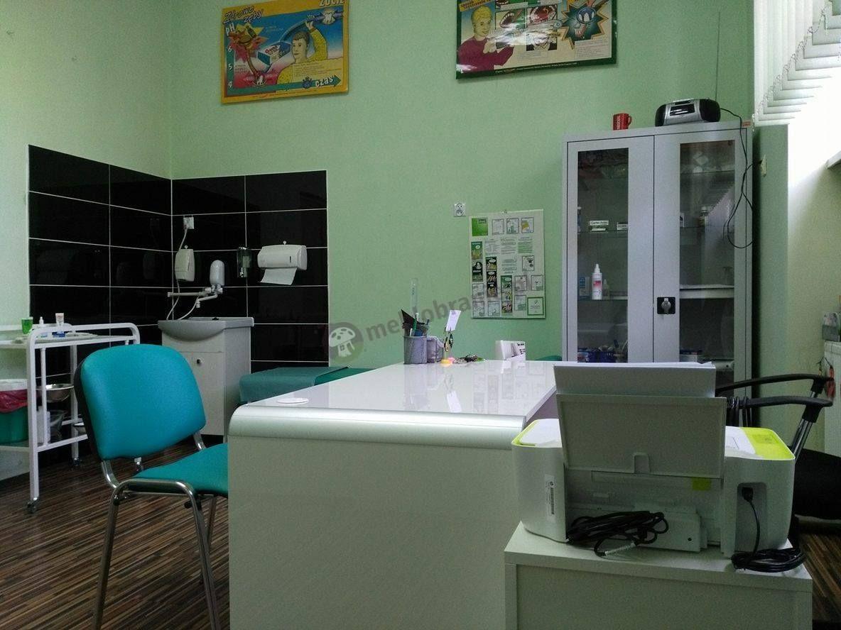 Białe biurko gabinetowe używane w gabinecie lekarskim