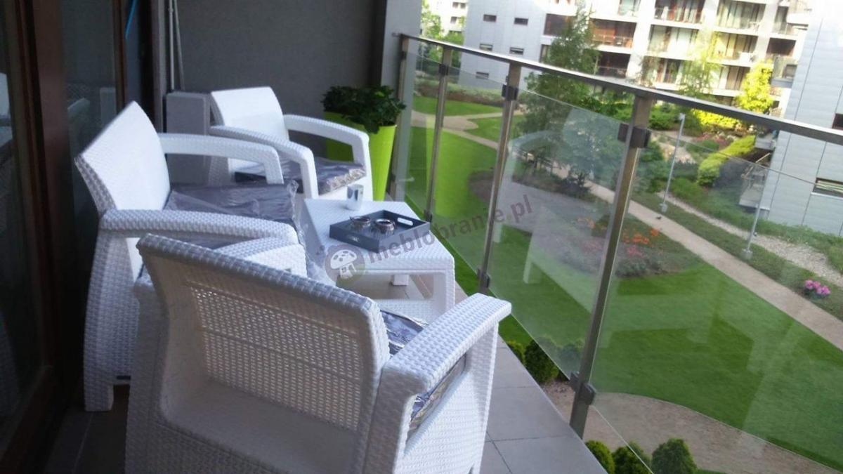 Białe krzesła ogrodowe na balkon z sofą i stolikiem Corfu Set