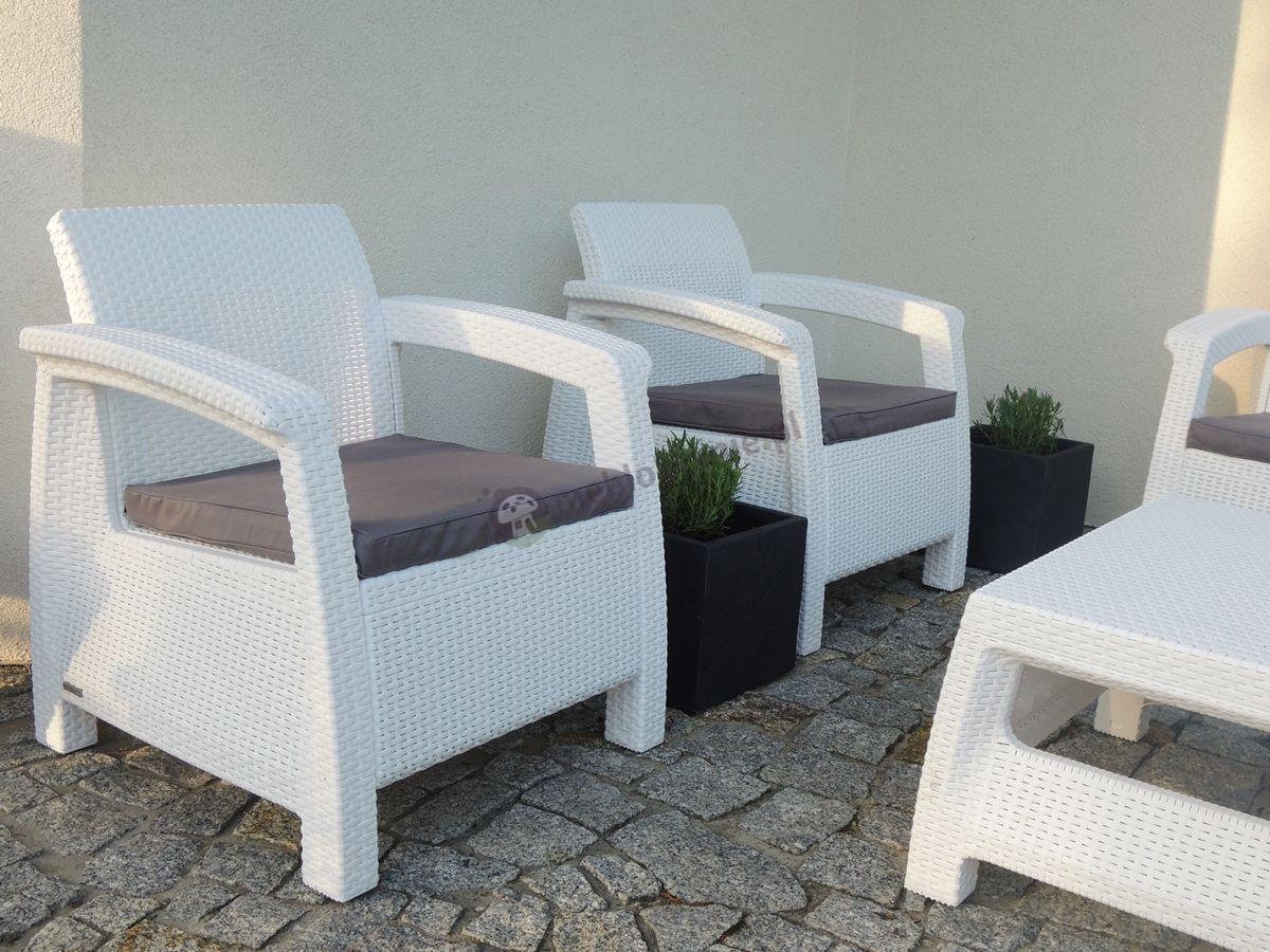 Białe meble Corfu na eleganckim tarasie