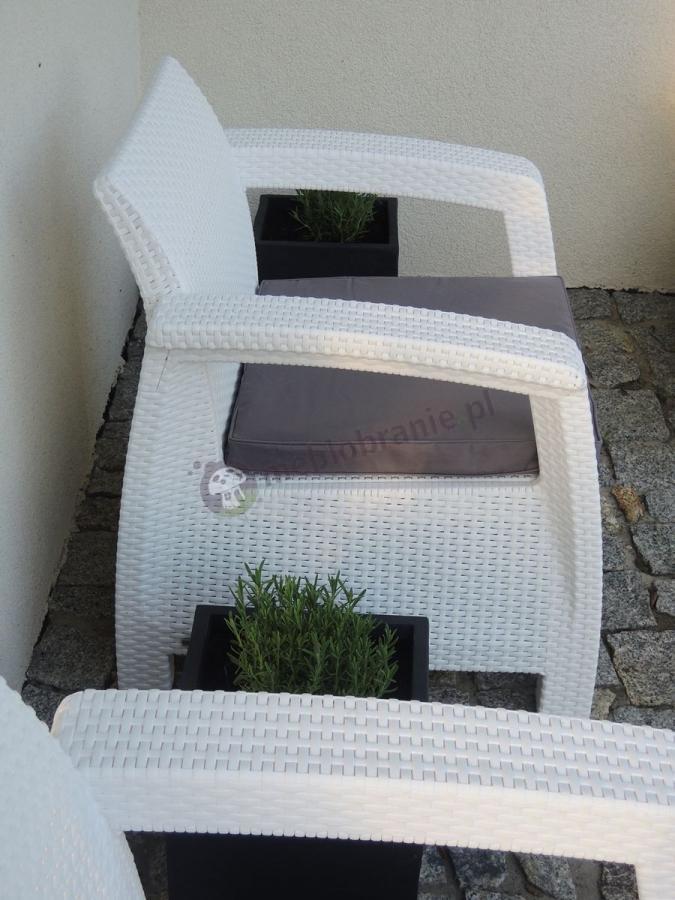 Białe meble Corfu Set ozdobione czarnymi doniczkami