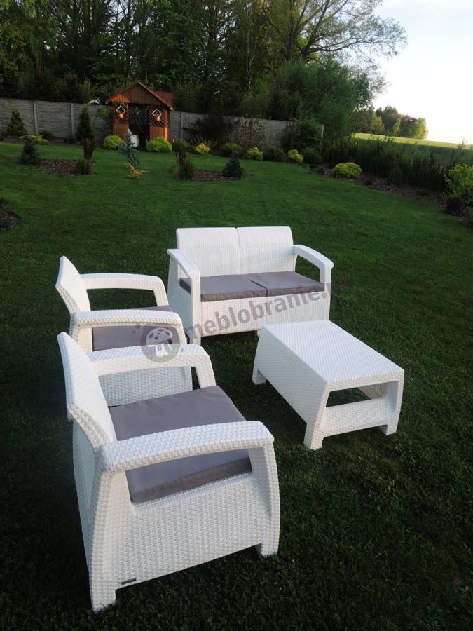 Białe meble ogrodowe Corfu Curver w dużym ogrodzie