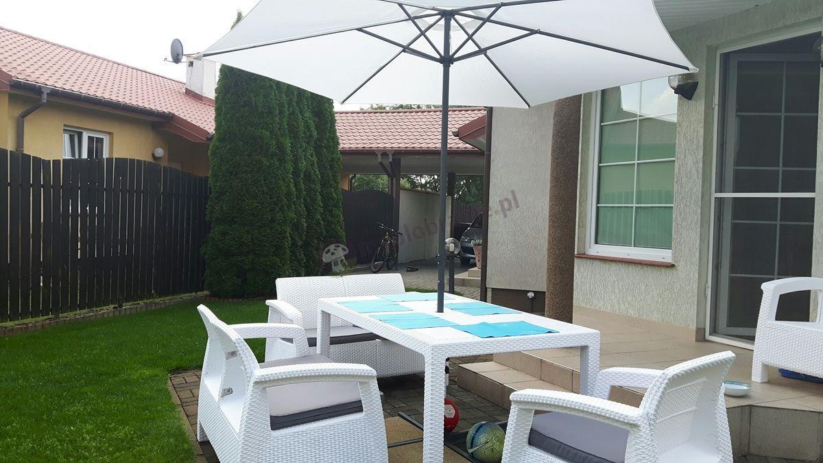 Białe meble ogrodowe Corfu Fiesta II pod parasolem