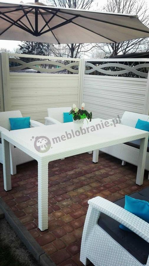 Białe meble ogrodowe Corfu Fiesta na eleganckim tarasie