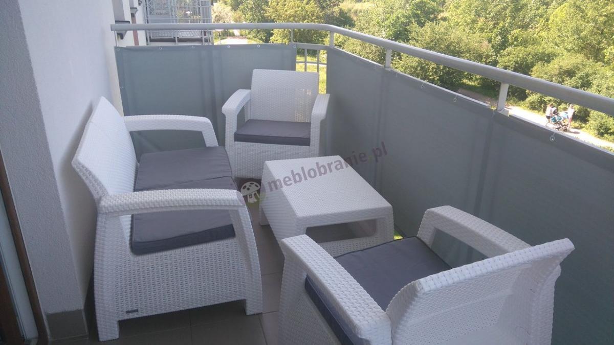 Białe meble ogrodowe Corfu Set na balkonie w bloku