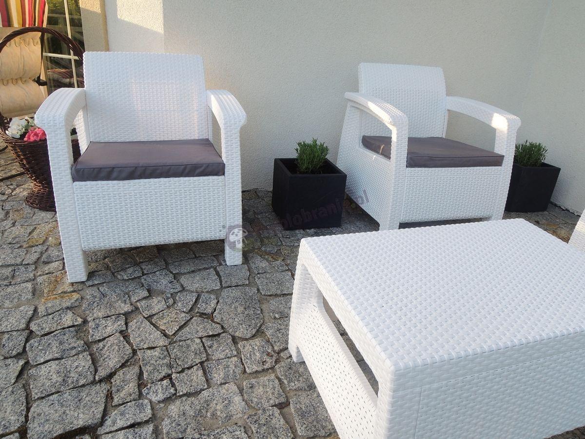 Białe meble technorattan Corfu Set na tarasie