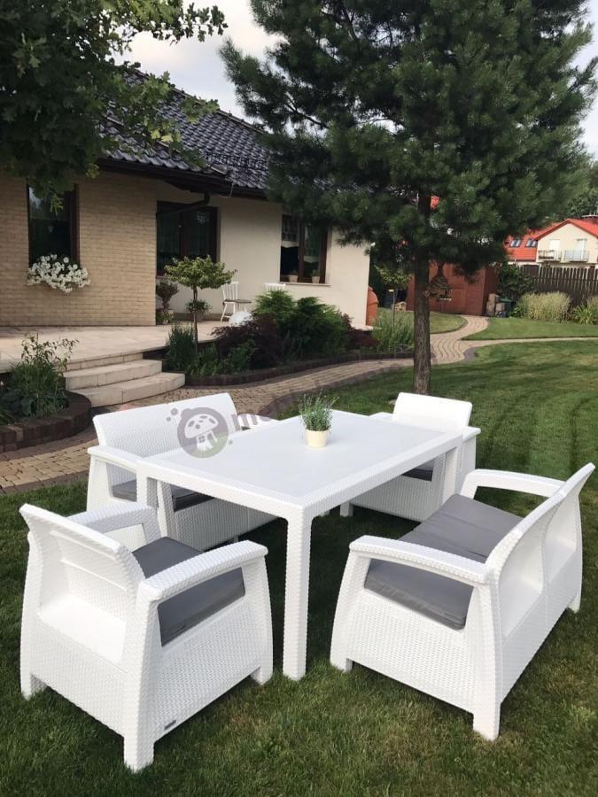 Białe meble z szarymi poduszkami do ogrodu i na taras Corfu