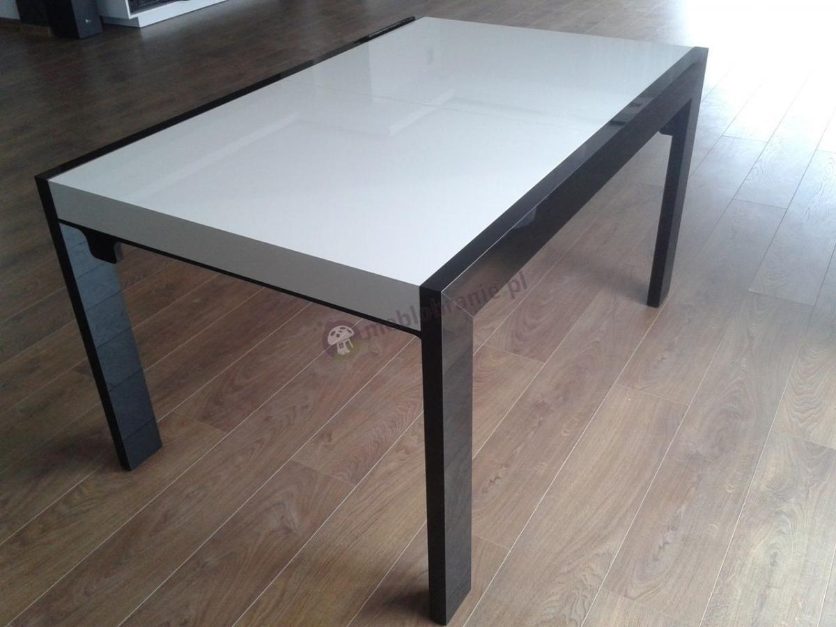 Biało-grafitowy stół na wysoki połysk ustawiony w salonie