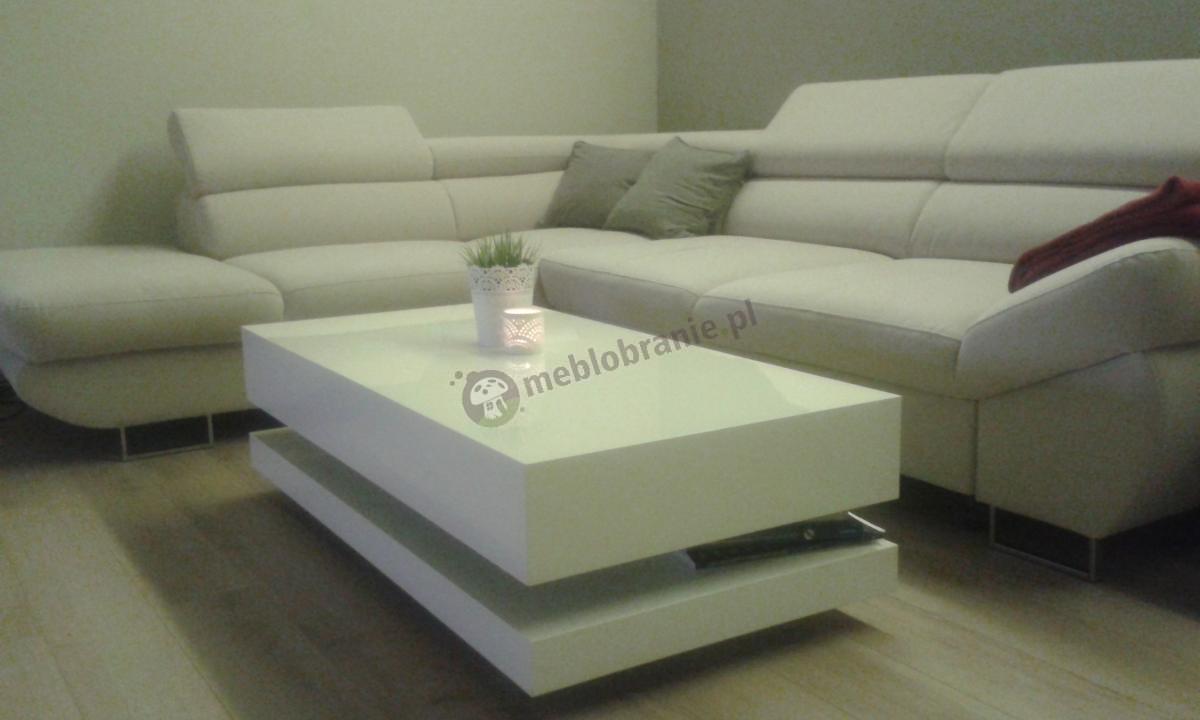 Biały błyszczący stolik kawowy Tora na drewnianych panelach