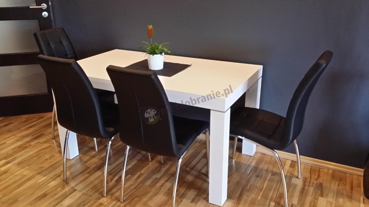 Biały stół Capri z czarnymi krzesłami