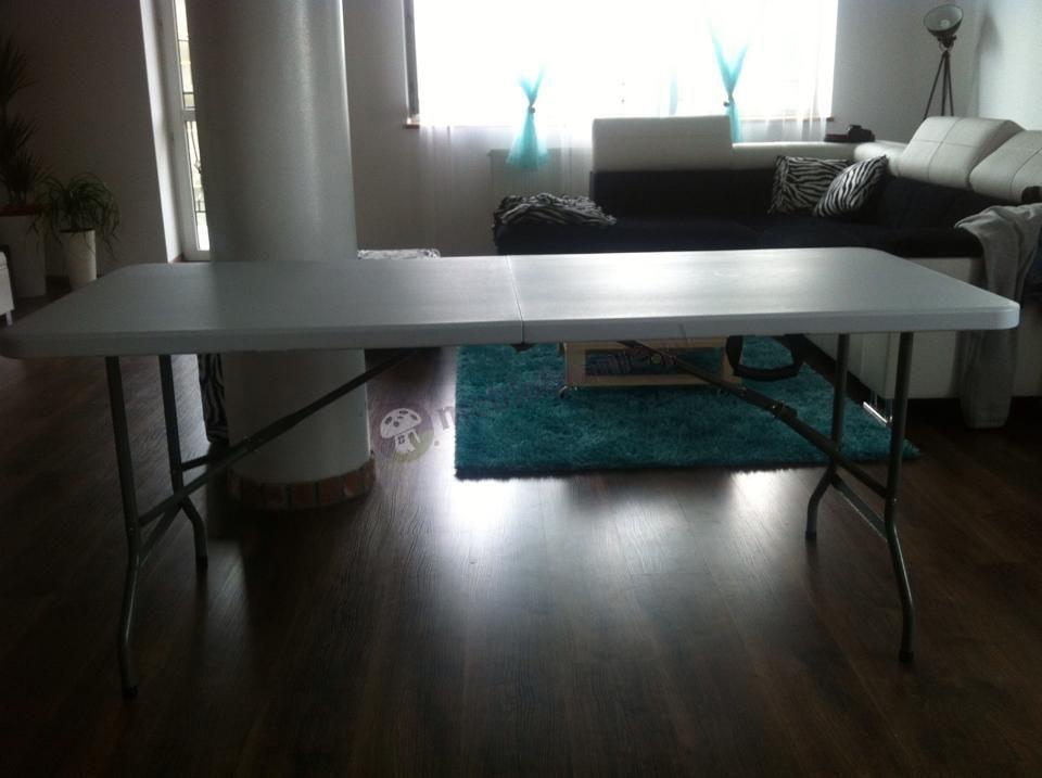 Biały stół cateringowy prostokątny rozłożony w salonie