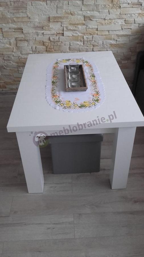 Biały stół do salonu ozdobiony wielkanocną serwetą