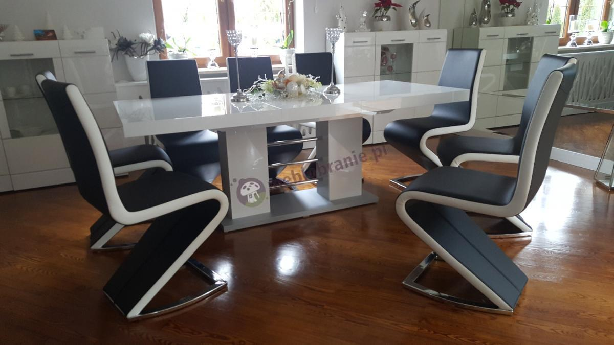 Stół Linosa 2 w czarno-białej aranżacji na drewnianym parkiecie
