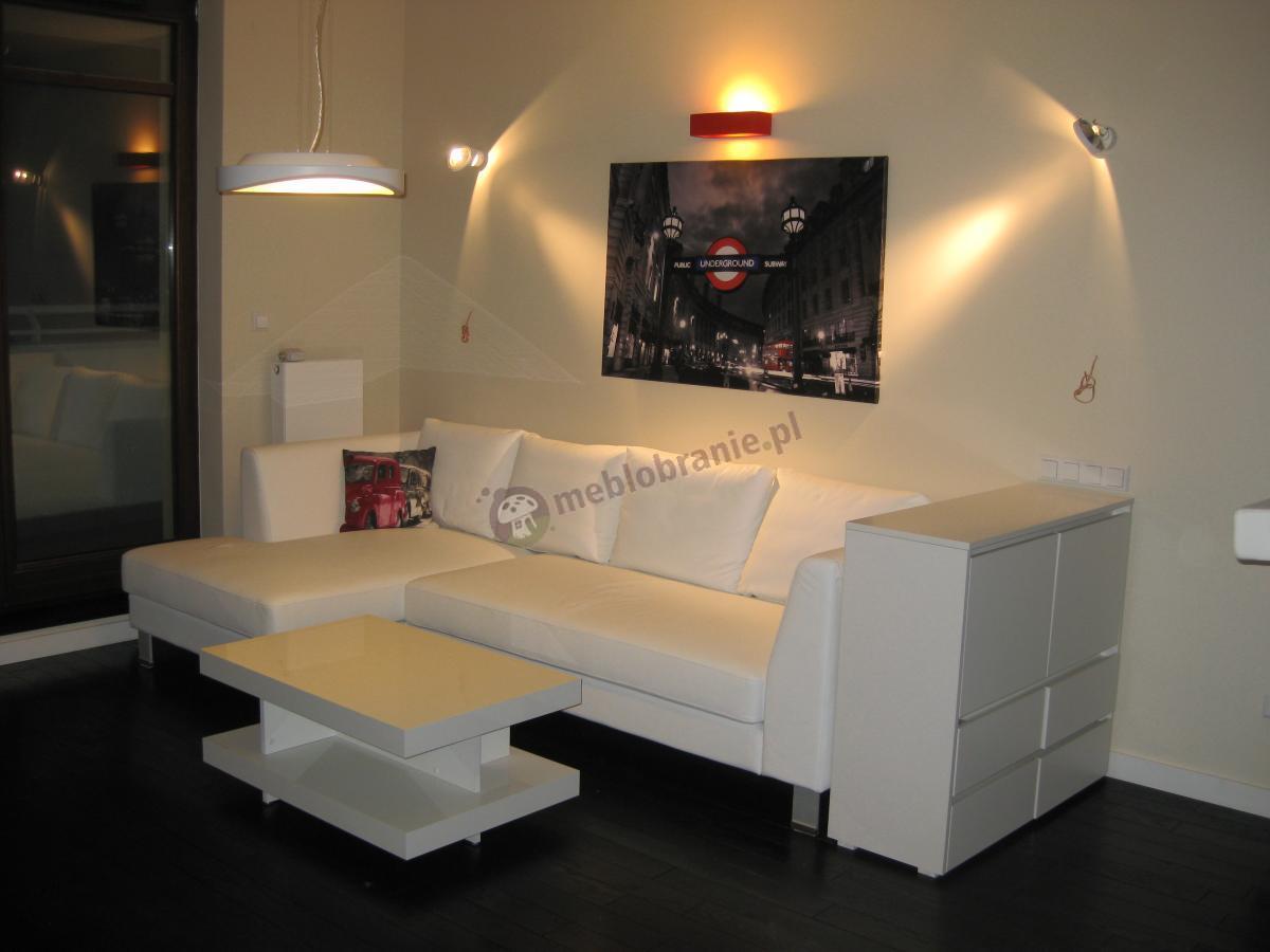 Biały stoliczek deserowy Nano w oświetlonym pokoju na eleganckim cokoliku