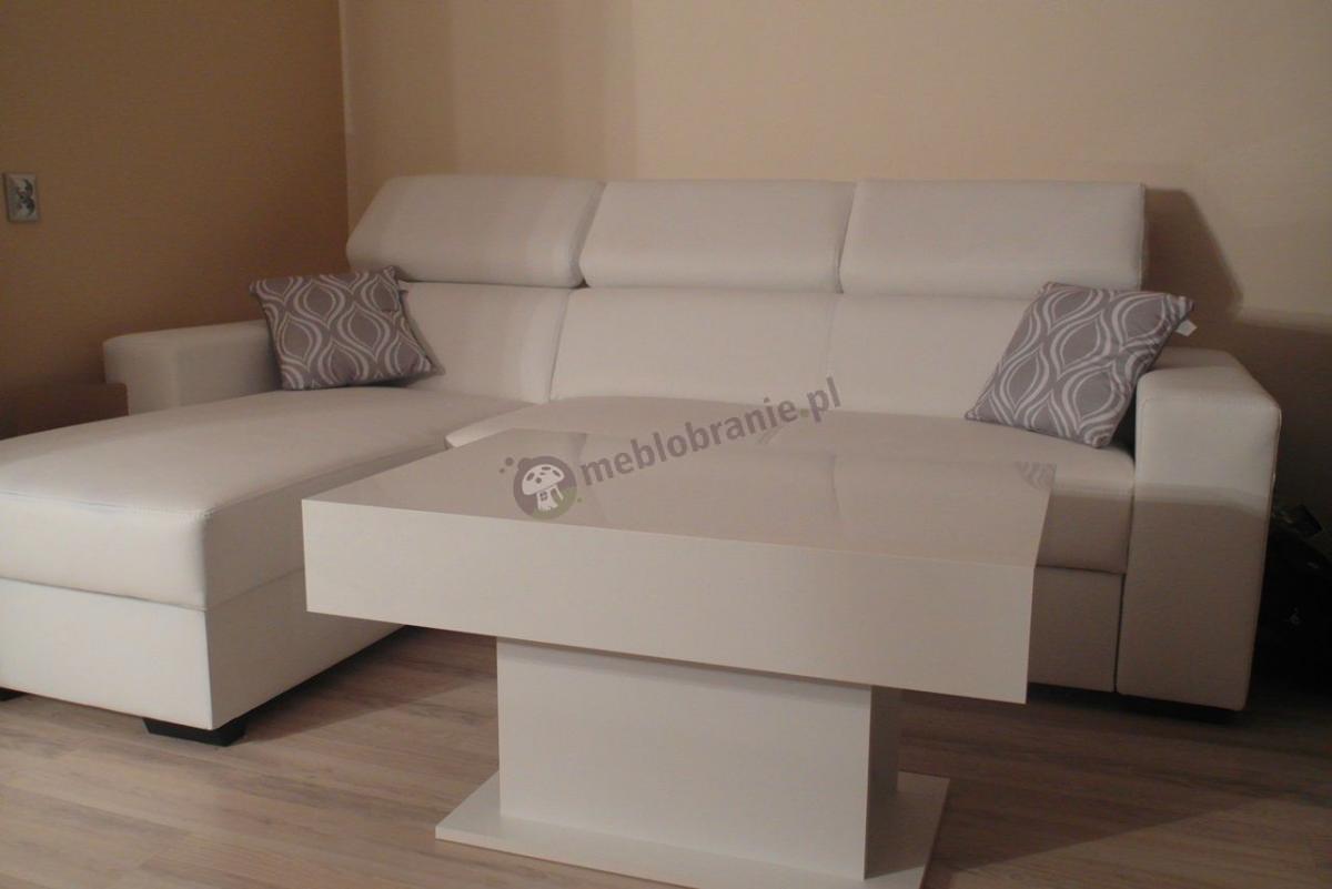 Biały stolik kawowy do salonu w jasnej aranżacji