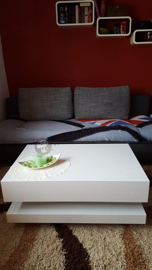 Biały stolik kawowy w eleganckim salonie