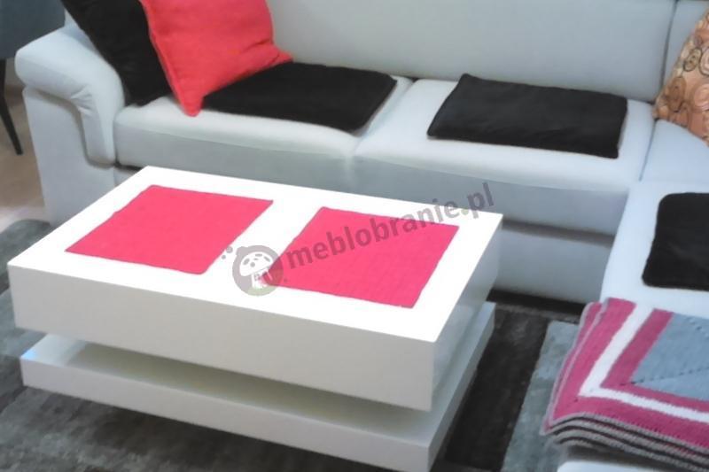Biały stolik Tora w przytulnym zakątku ozdobiony dwoma serwetkami