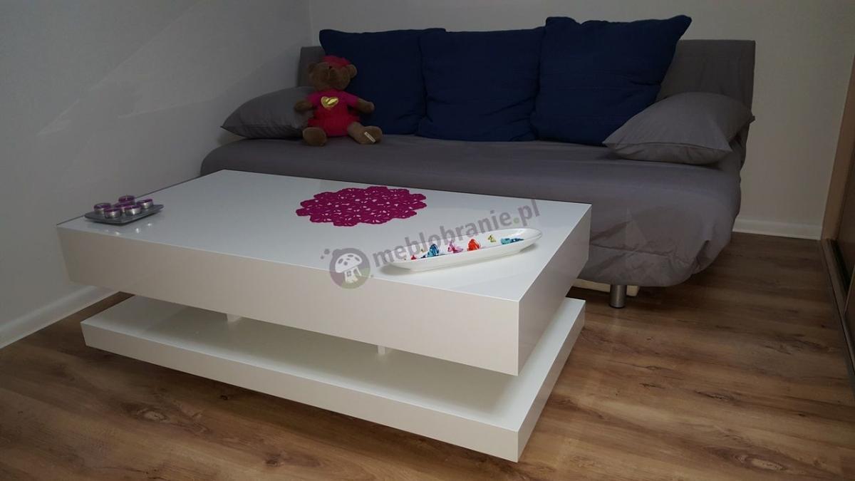 Biały stolik w wysokim połysku ustawiony w salonie