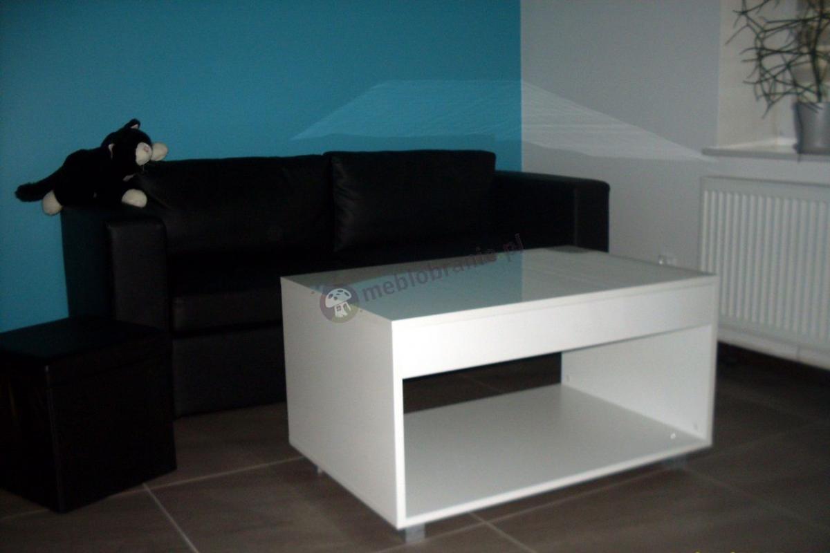Biały stolik z szufladą Kudo używany w rodzinnym salonie
