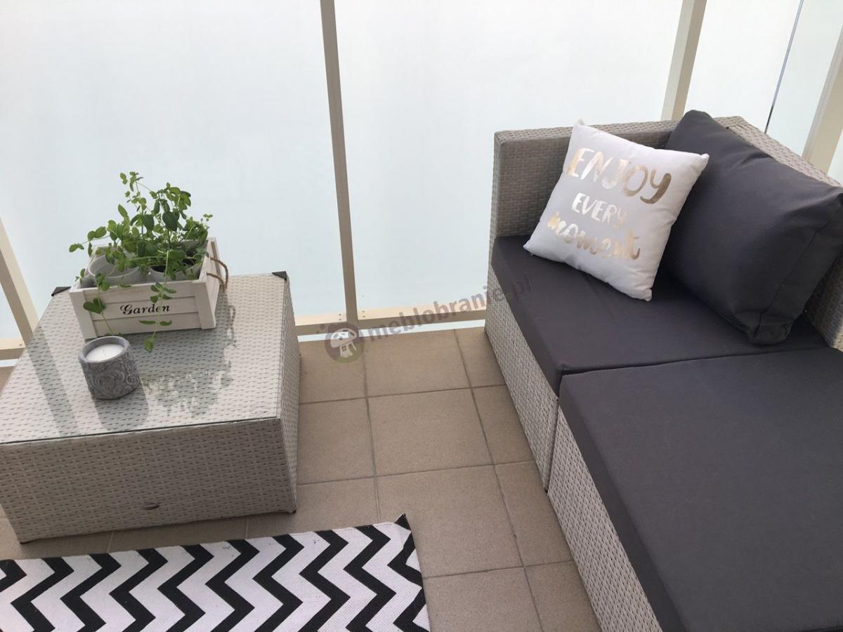 Biały technorattan narożnik modułowy na balkon z szarymi poduszkami