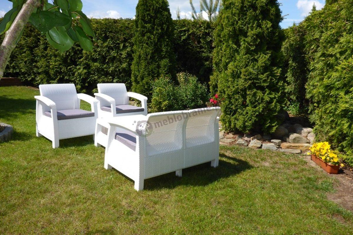 Biały zestaw ogrodowy Corfu w otoczeniu zieleni
