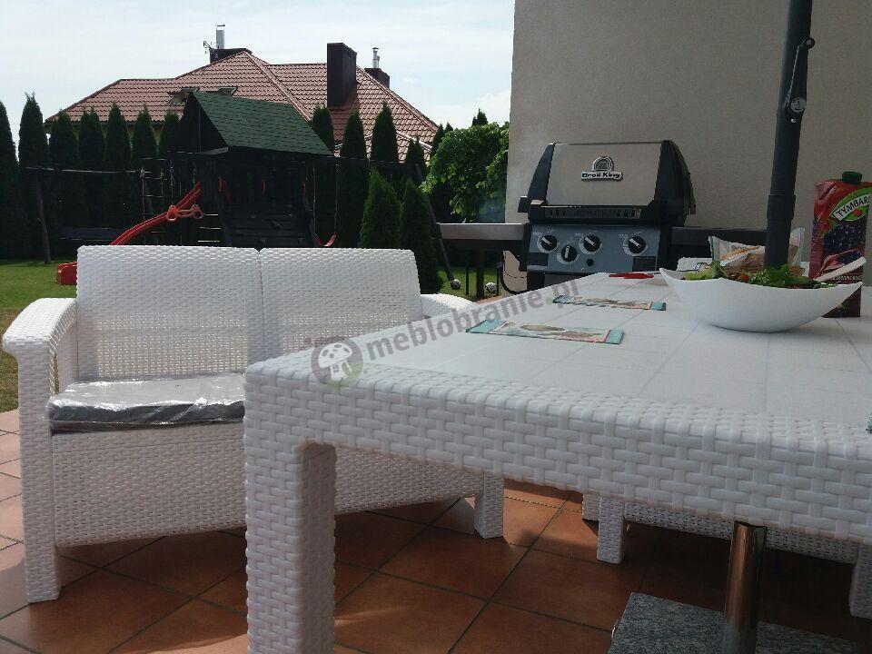 Biały zestaw ogrodowy z wysokim stołem, dwoma sofami o fotelami Corfu Fiesta