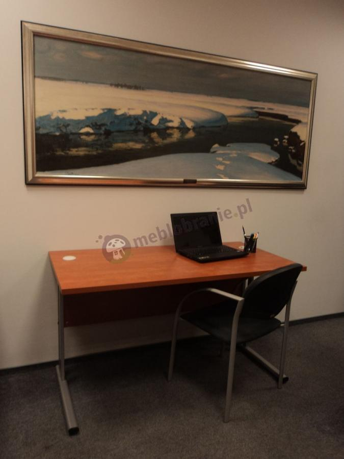 Biurko gabinetowe używane w komplecie z czarnym krzesłem