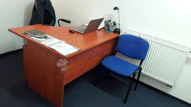 Biurko narożne Svenbox z dopasowanym kontenerkiem w jasnym biurze