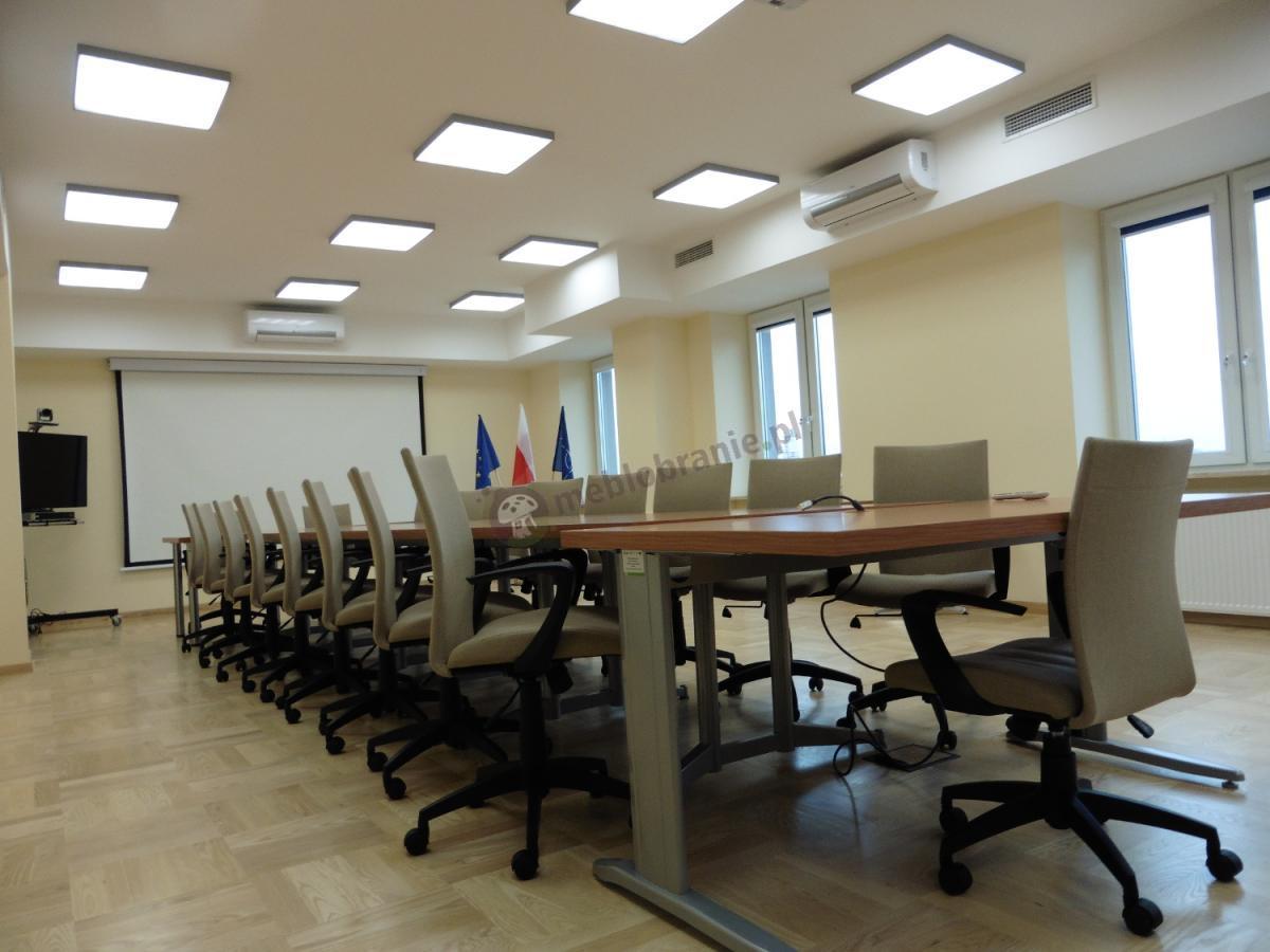 Biurowe fotele obrotowe beżowe Millo w przestronnej sali konferencyjnej