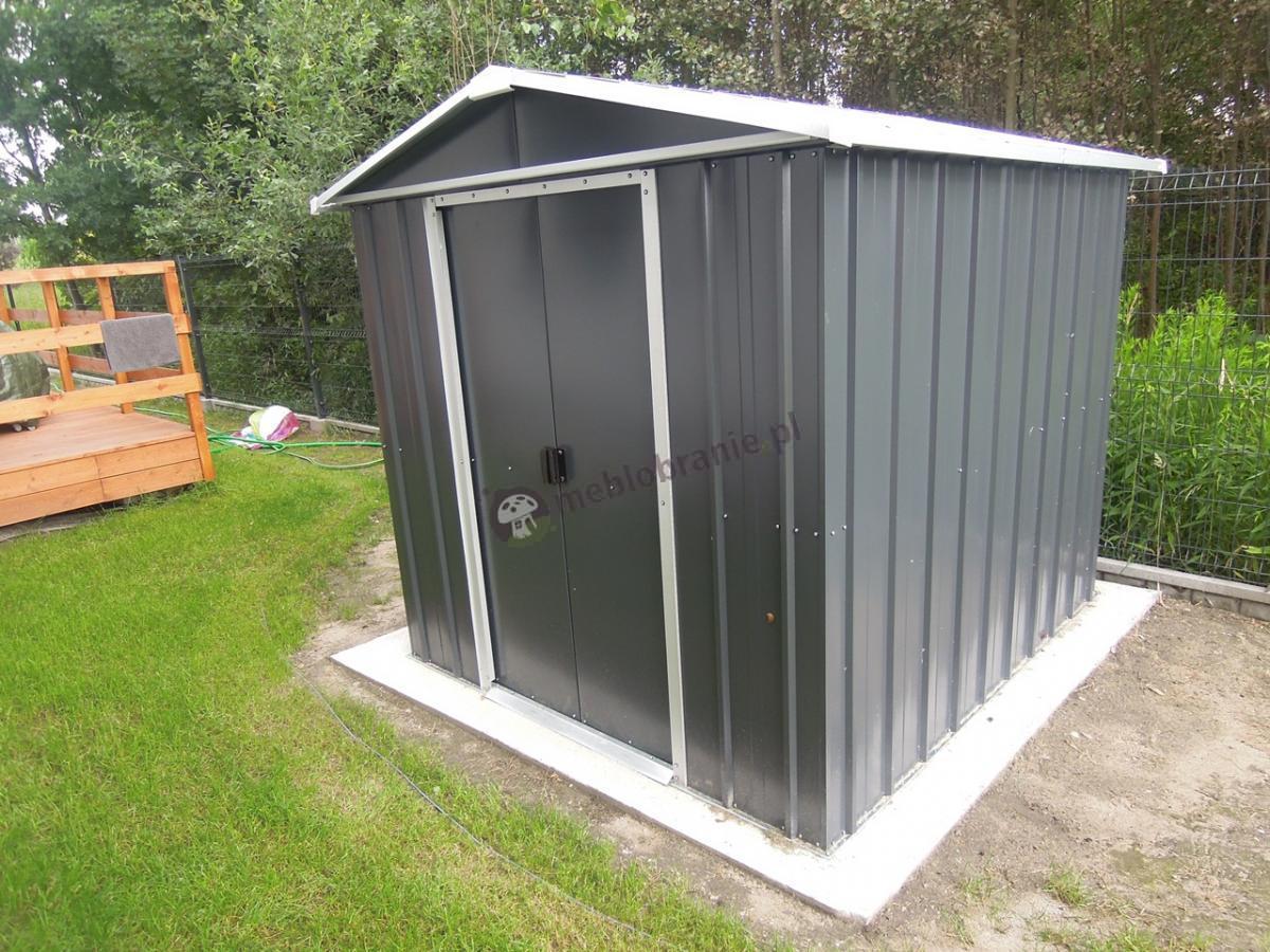 Blaszany domek na działkę ze spiczastym dachem ogrodowy narzędziowy