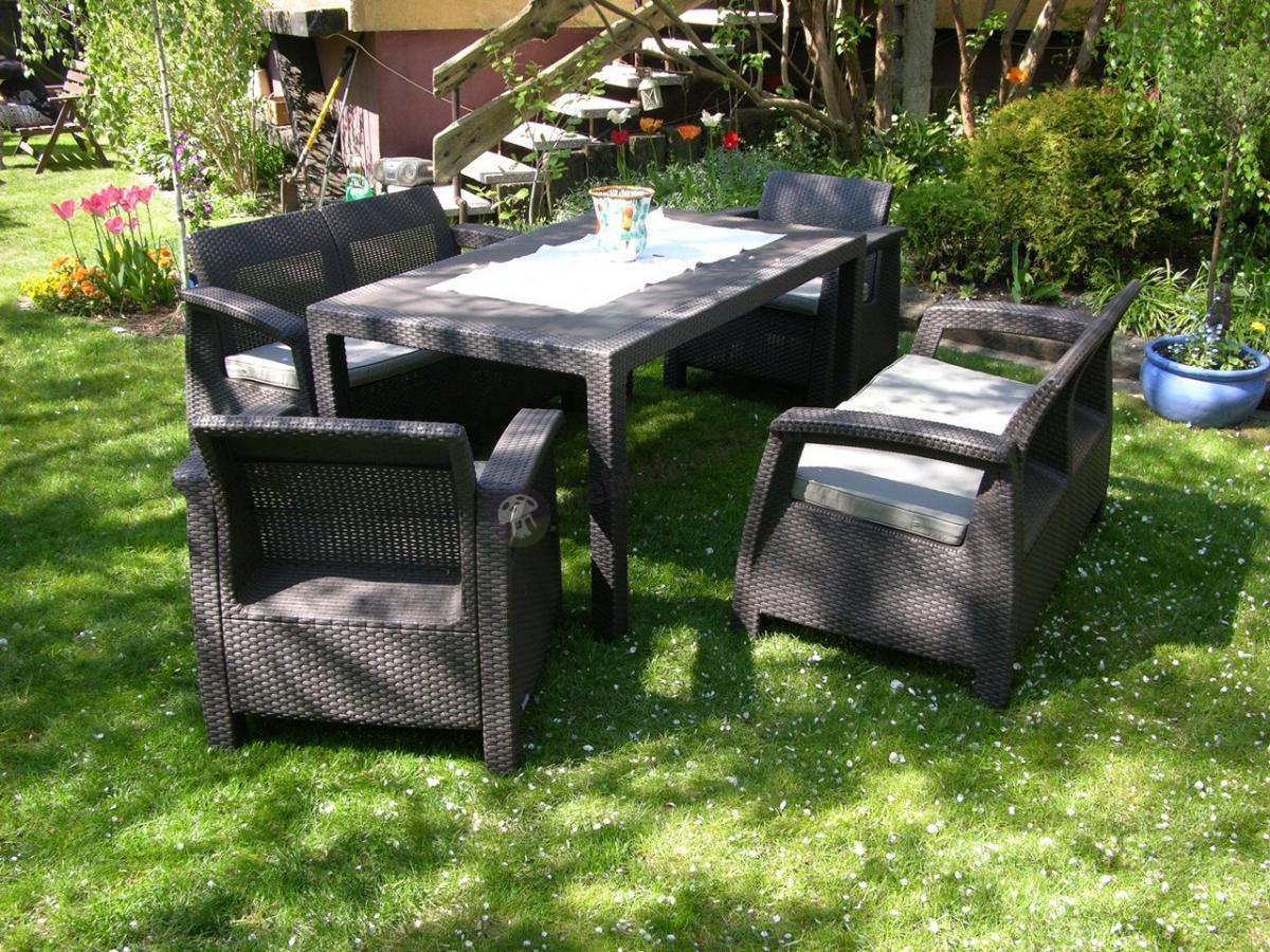 Brązowe meble Curver Corfu Fiesta z dużym stołem w ogrodzie