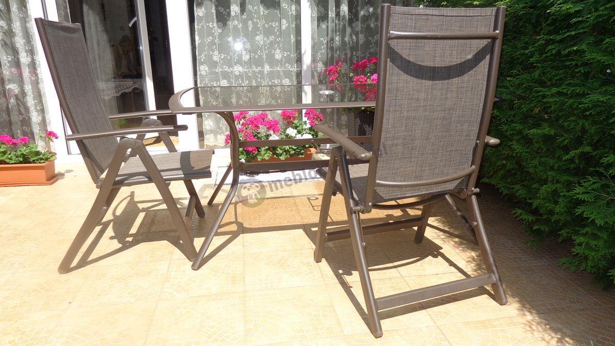 Brązowe meble ogrodowe aluminiowe na ładnym tarasie