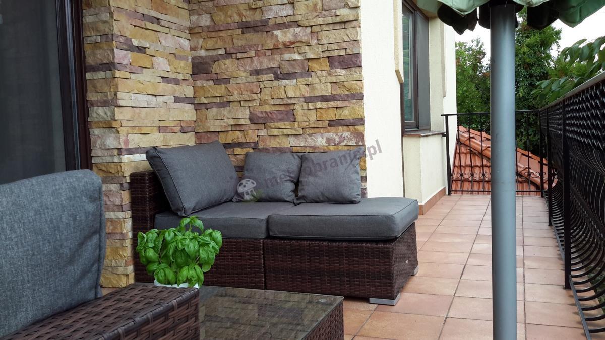 Brązowo-szary zestaw zewnętrzny Nilamito na eleganckim balkonie