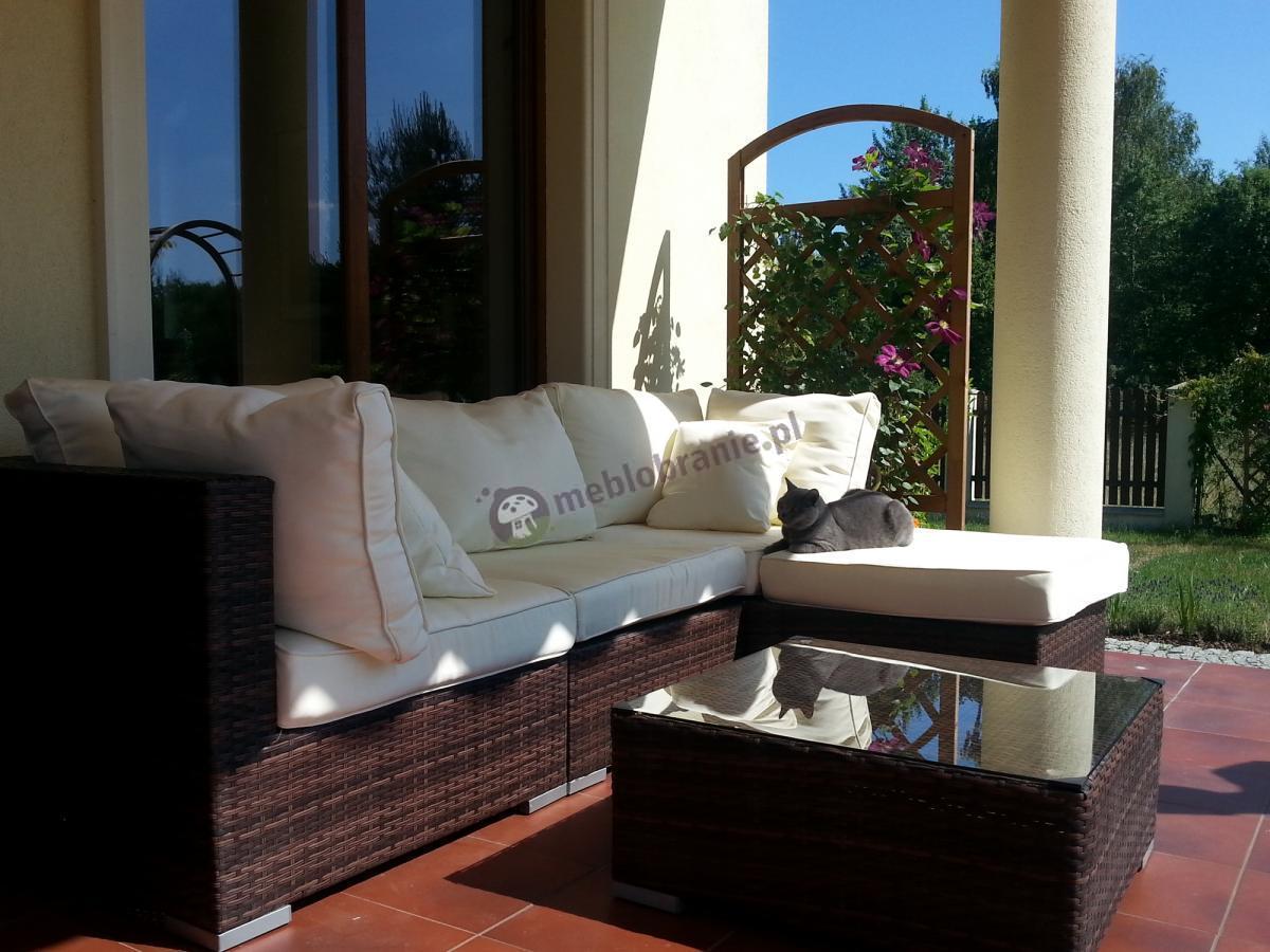 Brązowy narożnik technorattanowy Nilamito z tapicerowanymi poduszkami w kolorze ecru