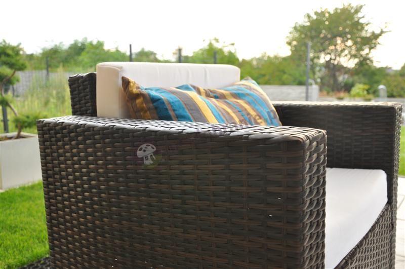 Brązowy zestaw z technorattanu używany w ogrodzie