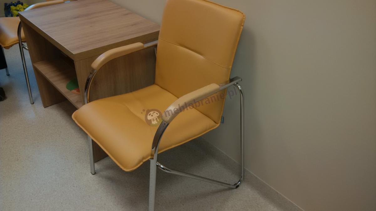 Chromowane krzesło do poczekalni Samba w kolorze miodowym ozdobione bukowymi podłokietnikami
