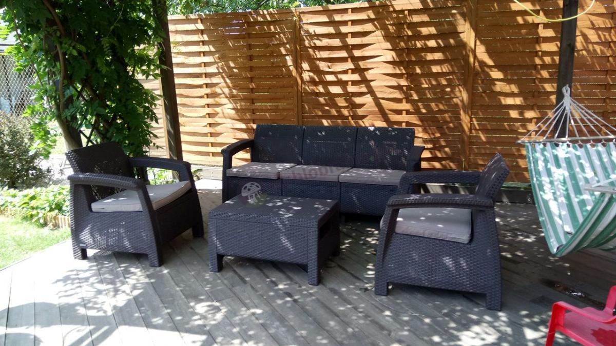 Ciekawe meble ogrodowe dla 5 osób z sofą trzyosobową