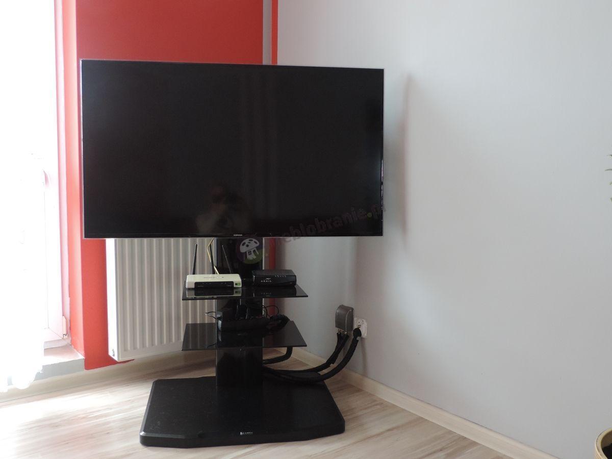 Czarna szafka RTV Alladyn ustawiona pod oknem