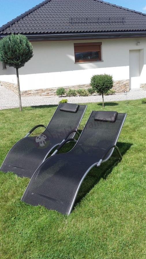 Czarne leżaki ogrodowe z textiline z wygodną poduszeczką