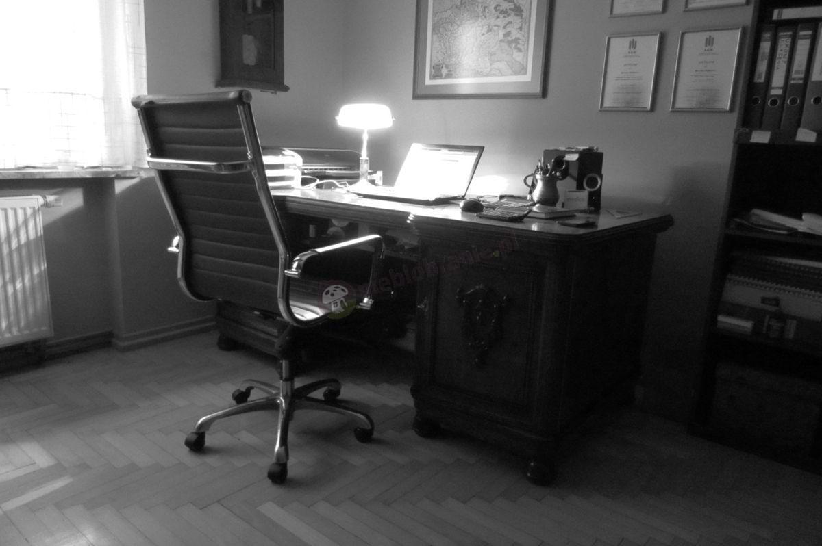 Czarny fotel biurowy w eleganckim gabinecie