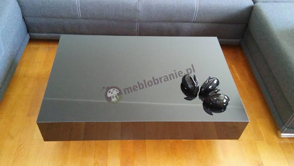 Czarny stolik do salonu w wysokim połysku
