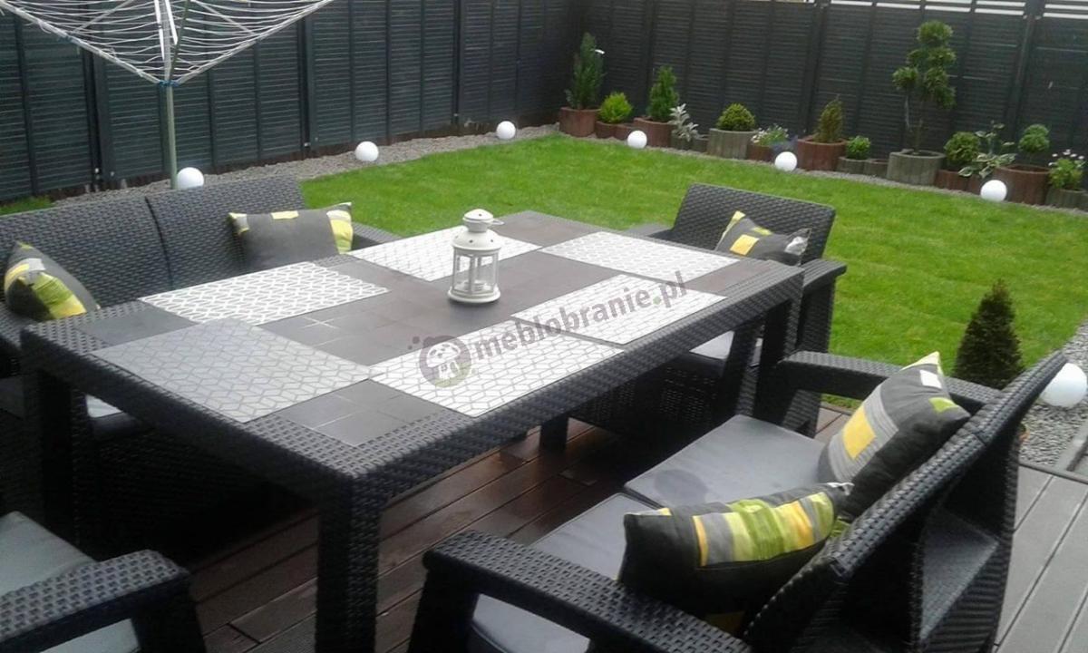 Czarny zestaw ogrodowy na taras z dwoma sofami, dwoma fotelami i stołem