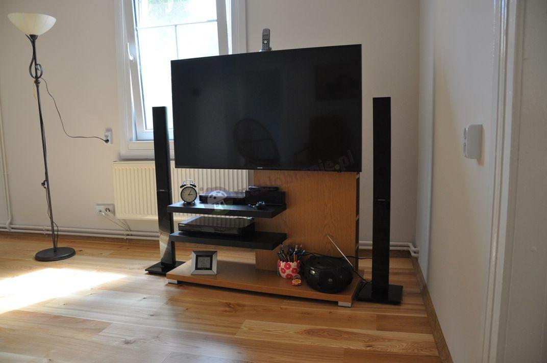 Dębowy stolik RTV z czarnymi akcentami niewielki z telewizorem