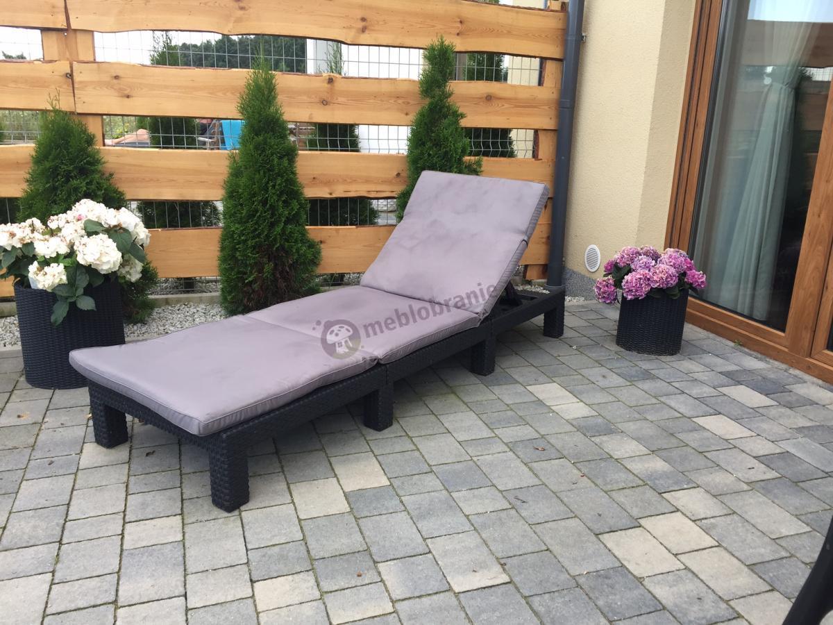 Designerski leżak ogrodowy na taras z doniczkami cylindrycznymi Keter