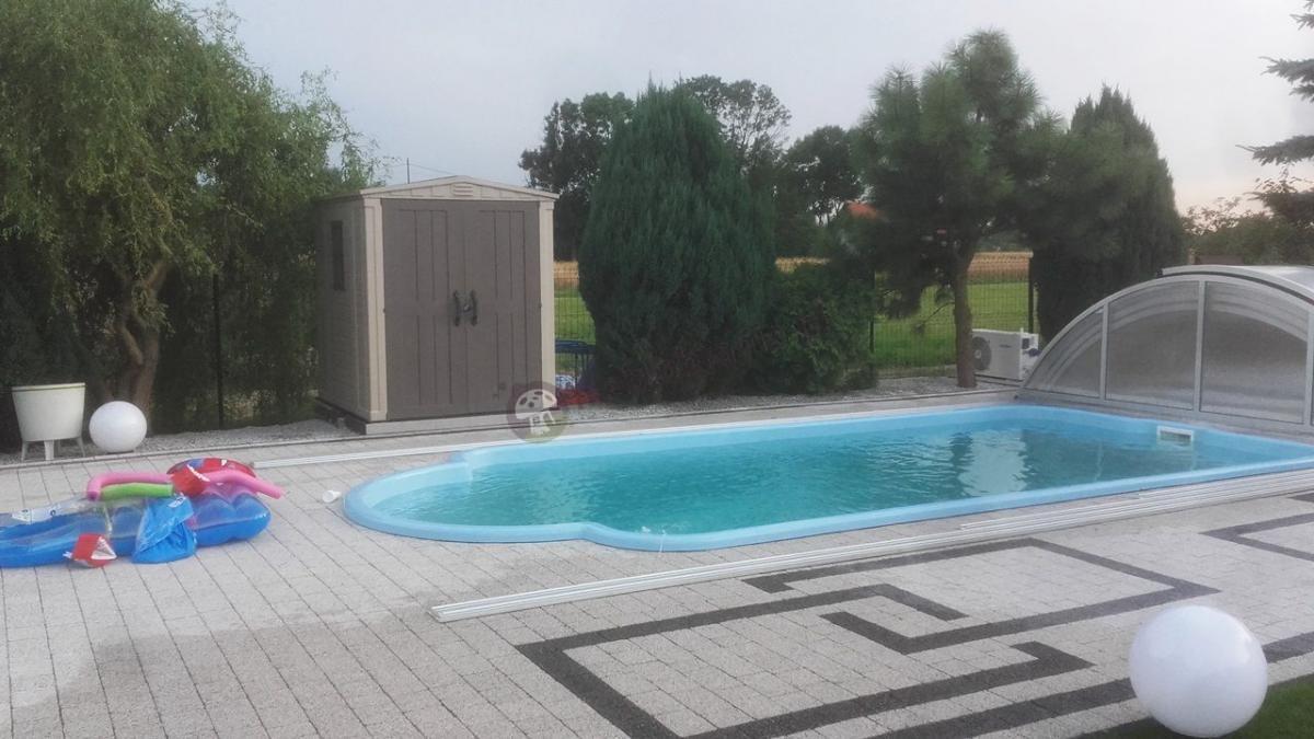 Domek narzędziowy Keter Factor 6x6 przy basenie